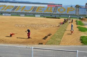 gradski stadion-pocelo postavljanje trave (1)