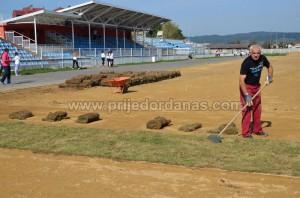 gradski stadion-pocelo postavljanje trave (2)