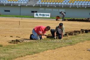 gradski stadion-pocelo postavljanje trave (3)