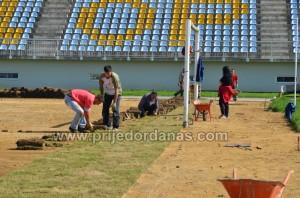 gradski stadion-pocelo postavljanje trave (4)