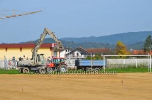 gradski stadion-pocelo postavljanje trave (5)