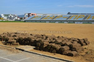 gradski stadion-pocelo postavljanje trave (6)