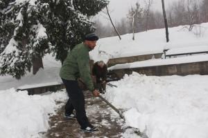 nijaz prozor cisti snijeg na izvoru grabovac (1)