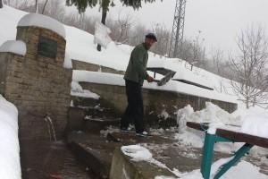 nijaz prozor cisti snijeg na izvoru grabovac (2)