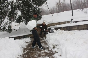 nijaz prozor cisti snijeg na izvoru grabovac (3)