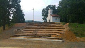 brezicani-amfiteatar kod crkve (1)